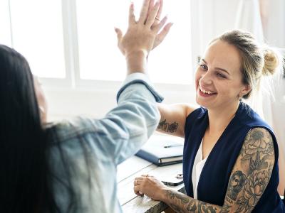 20 mensagens de aniversário para amiga de trabalho que demonstram carinho por essa parceria